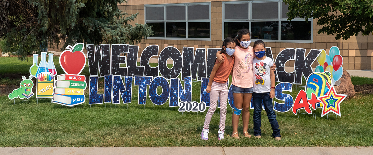 Students in front of the Linton Elementary welcome back to school sign.