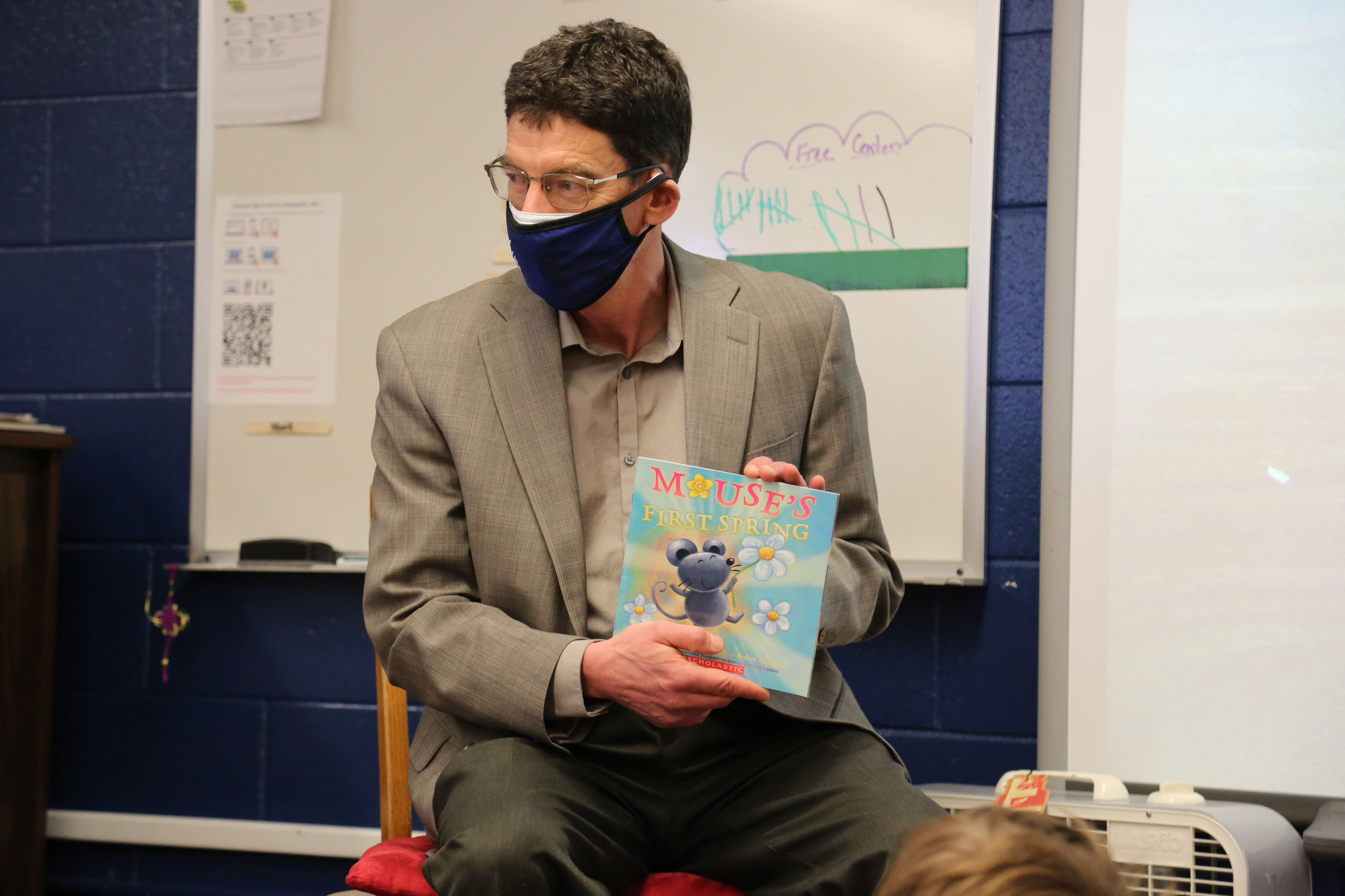 A PSD Board of Education member reads to students.